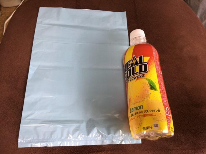 防臭袋BOSのSサイズとペットボトルの大きさ比較