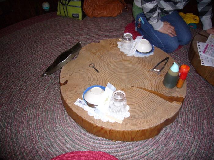 山麓苑 大きな木を切り出したテーブル
