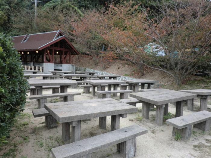 南淡路シーサイドキャンプ場 常設テーブルと椅子