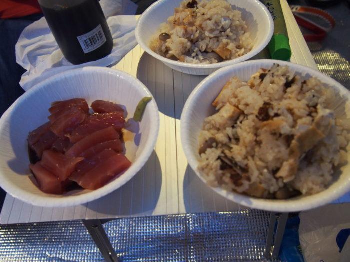 犬山キャンプ場 晩御飯の炊き込みご飯とマグロの刺身