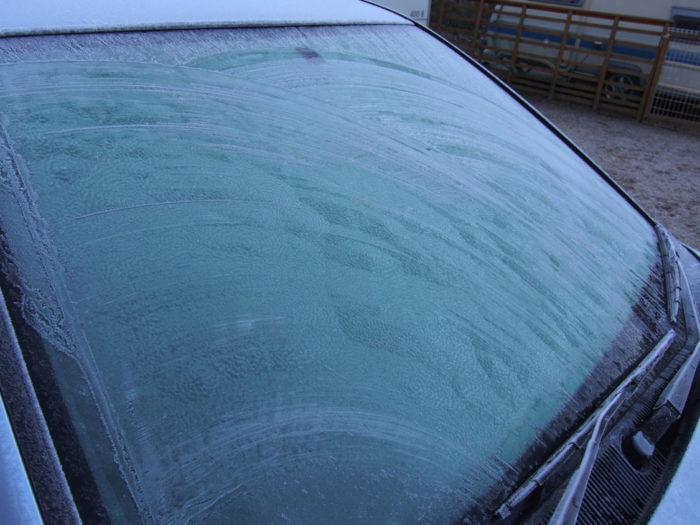 はるの川音の郷 霜が降りたフロントガラス