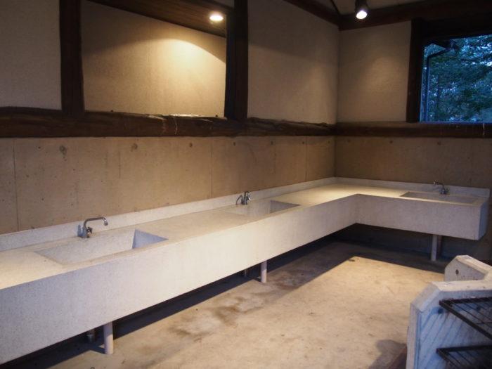 2014-09-13鉢ヶ崎オートキャンプ場 炊事棟の洗い場