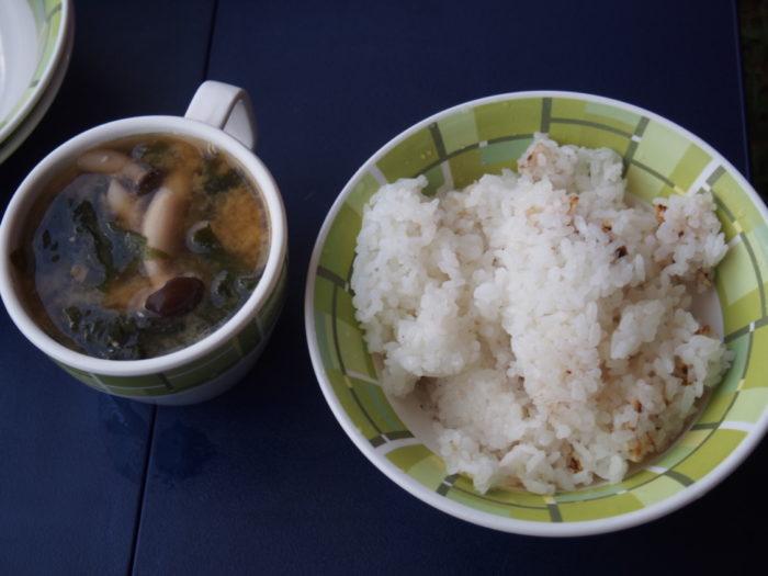 2014-09-14鉢ヶ崎オートキャンプ場 朝ごはんの白飯と味噌汁