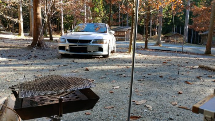 洞川キャンプ場 車が見える設営