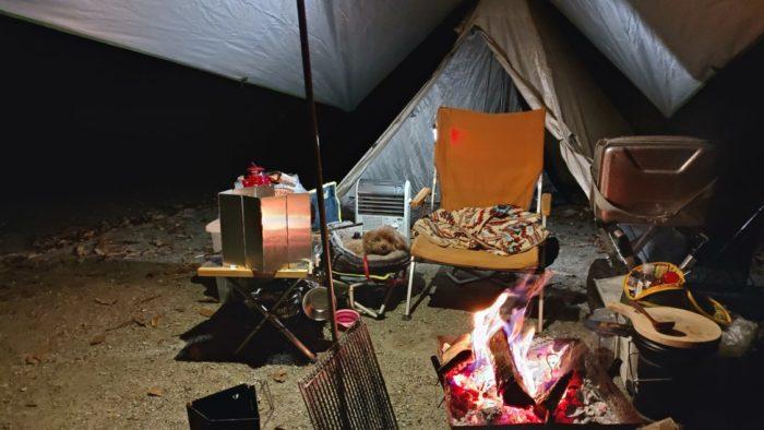 洞川キャンプ場 焚火で暖を取る