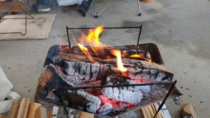 毛原オートキャンプ場 東屋の下で焚き火